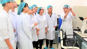 Sinh viên Trường Đại học Quốc tế (Đại học Quốc gia TPHCM) trong phòng thí nghiệm