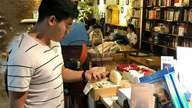 """Sản phẩm của chị Diệu Anh (TP Hà Nội), người sáng lập """"Papa's Dreamer - Xà bông của ba"""" với loại giấy gói hạt giống thân thiện với môi trường"""