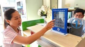Người dân đánh giá sự hài lòng về cán bộ giải quyết hồ sơ tại UBND phường Bến Thành, quận 1. Ảnh: VIỆT DŨNG