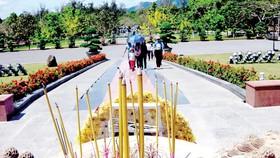 Người dân tham quan và dâng hương tưởng niệm các Anh hùng liệt sĩ tại Nghĩa trang Hàng Dương