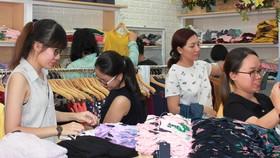Bán hàng thời trang là một trong những công việc được nhiều bạn trẻ ưa thích