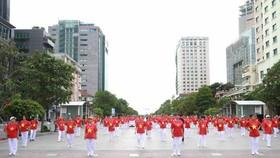 Người dân tập dưỡng sinh tại Nhà văn hóa phường Tăng Nhơn Phú B