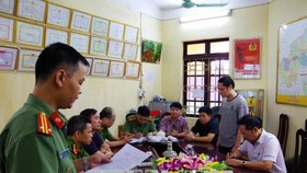 Cơ quan an ninh điều tra, Công an tỉnh Hà Giang đọc lệnh bắt tạm giam đối với Vũ Trọng Lương. Ảnh: TTXVN
