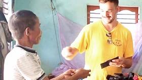 Ông Nguyễn Văn Quang đang trả lại tài sản cho du khách nước ngoài