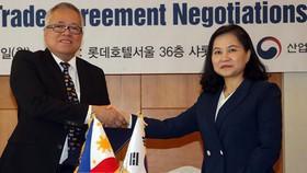 Bộ trưởng Thương mại Hàn Quốc Yoo Myung-hee và người đồng cấp Philippines Ramon Lopez - Ảnh: YONHAP/TTXVN