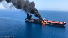 Một tàu chở dầu đang bốc cháy trên biển Oman hôm 13-6-2019
