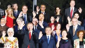 Thủ tướng Nguyễn Xuân Phúc và phu nhân cùng các Trưởng đoàn và phu nhân  dự Hội nghị Thượng đỉnh G20. Ảnh: TTXVN