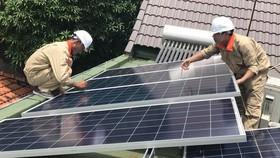 Nhiều nhà dân ở xã An Thới Đông (huyện Cần Giờ) lắp pin năng lượng mặt trời áp mái