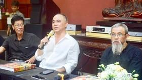 Nhà sưu tập Trần Hậu Tuấn (giữa) tại buổi ra mắt sách