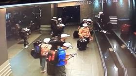 Hình ảnh nghi là nhóm khách du lịch Việt Nam trước khi bỏ trốn tại Cao Hùng (Đài Loan)