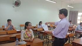Giám khảo kiểm tra hồ sơ ứng viên trước phần thi thực hành