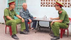 Chiến sĩ Công an phường 16 quận 4 xuống địa bàn thăm hỏi người dân  và nắm bắt tình hình an ninh trật tự. ẢNH: THÁI PHƯƠNG
