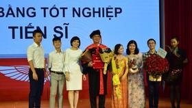 Ông Phan Thanh Long và gia đình tại buổi nhận bằng