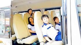 Học sinh Trường Tiểu học Nguyễn Bỉnh Khiêm (quận 1, TPHCM) sử dụng dịch vụ xe đưa đón. Ảnh: HOÀNG HÙNG