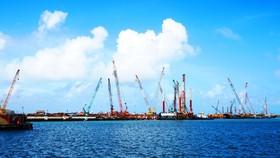 """Cảng Dung Quất (Quảng Ngãi) đang trở thành """"thỏi nam châm"""" thu hút các nhà đầu tư lớn về miền Trung. Ảnh: NGỌC OAI"""