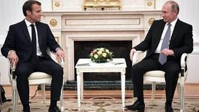 Tổng thống Nga Vladimir Putin và Tổng thống Pháp Emmanuel Macron (trái) gặp mặt ở Nga ngày 15-7-2018. Ảnh: RIA NOVOSTI