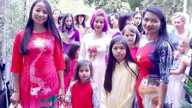 Trình diễn áo dài trong ngày Việt Nam tại Bỉ