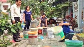 Người dân khu tái định cư E và F, phường Hòa Xuân phối hợp  chính quyền địa phương dọn vệ sinh khu phố