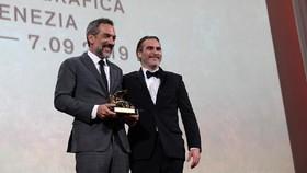 Đạo diễn Todd Phillips và diễn viên Joaquin Phoenix nhận giải Sư tử vàng cho phim xuất sắc nhất  (Nguồn: labiennale.org)