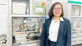 Chị Công Tằng Tôn Nữ Thùy Trang bên hệ thống dây chuyền  sản xuất các thiết bị đa năng tại Công ty ITO Việt Nam