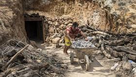Quốc gia đầu tiên cấm khai thác kim loại