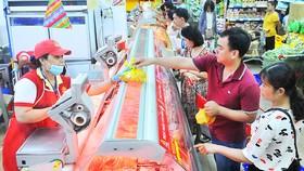 Người tiêu dùng mua thịt heo có nguồn gốc xuất xứ tại Co.opmart Cống Quỳnh Ảnh: CAO THĂNG