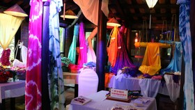 Nhiều tơ lụa được các làng tơ lụa trưng bày