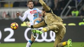 Thủ môn Gianluigi Donnarumma (phải) đã khiến cho các CĐV của AC Milan thất vọng khi anh quyết định không gia hạn hợp đồng với CLB