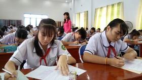 Thí sinh quận Tân Bình dự thi cấp quận cuộc thi Văn hay chữ tốt năm 2017. Ảnh: Việt Nga