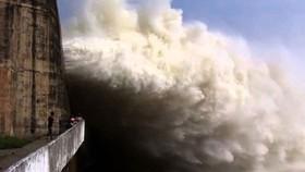 14 giờ chiều nay 12-10, nhà máy Thủy điện Tuyên Quang mở một cửa xả đáy