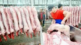 Thịt heo bán tại chợ đầu mối Hóc Môn. Ảnh: CAO THĂNG
