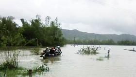 Phú Yên: Nước ngập sâu, nhiều vùng người dân phải bơi sõng câu
