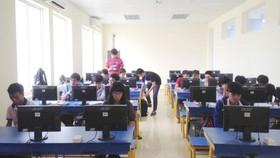 Sinh viên tham gia trò chơi Lập trình tiếp sứctrong môn Nhập môn lập trình