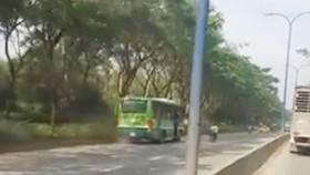 Clip xe buýt đi ngược chiều trên đường phố gây xôn xao dư luận