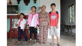 Bà Trần Thị Thục và 3 cháu nội