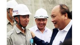 Thủ tướng Nguyễn Xuân Phúc thăm, chúc tết công nhân thi công hầm đường bộ qua đèo Cả