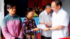Đồng chí Tất Thành Cang, Phó Bí thư Thường trực Thành ủy TPHCM, thăm và tặng quà tết cho người dân hoàn cảnh khó khăn Ảnh: PHẠM MINH