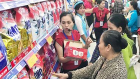 Người dân mua sắm tại Co.opmart Hồng Ngự
