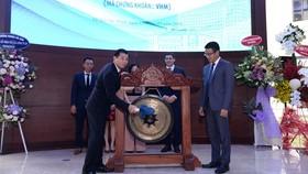 Ông Nguyễn Việt Quang – Tổng Giám đốc Tập đoàn Vingroup thực hiện nghi thức đánh cồng tại sự kiện Vinhomes nhận quyết định niêm yết cổ phiếu VHM