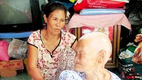 Người phụ nữ ung thư nuôi mẹ già
