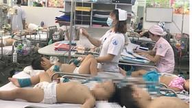 Quá tải bệnh nhi nằm điều trị bệnh tay chân miệng tại Bệnh viện  Nhi đồng 1 (TPHCM). Ảnh: THÀNH AN
