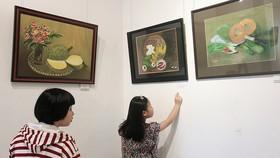 Các bạn nhỏ xem tranh tại triển lãm