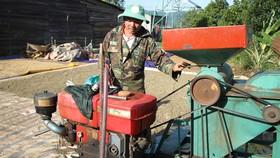 Không có điện, chiếc máy nổ công suất lớn là phương tiện để người dân ở thôn Phú Vinh xay nghiền nông sản