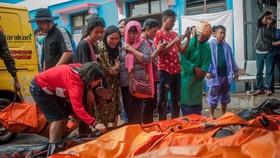 Tính đến sáng 24-12, số người thiệt mạng trong thảm họa sóng thần ở khu vực xung quanh eo biển Sunda của Indonesia đã tăng lên ít nhất 281 người. Ảnh: AP
