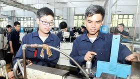 Sinh viên thực hành tạo sản phẩm cơ khí. Ảnh: CAO THĂNG