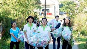Các tình nguyện viên Mầm Xanh vận chuyển quà đến điểm trao tặng cho người dân xã Xốp. Ảnh: MẦM XANH
