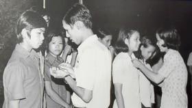 Thanh niên quận Bình Hòa (bây giờ là quận Bình Thạnh) nhận huy hiệu TNXP trước khi xuất quân ra chiến trường Tây Nam (Ảnh tư liệu của Hội Cựu TNXP quận Bình Thạnh)