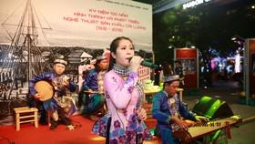 Biểu diễn đờn ca tài tử tại Phố đi bộ Nguyễn Huệ vào tối 10-1. Ảnh: DŨNG PHƯƠNG
