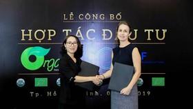 Đại diện Organica (trái) và quỹ đầu tư SEAF tại buổi ký kết hợp tác chiến lược. Ảnh: Organica