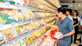 Khách hàng chọn mua các loại thịt gia cầm bình ổn tại cửa hàng San Hà Foodstore. Ảnh: TƯỜNG DÂN